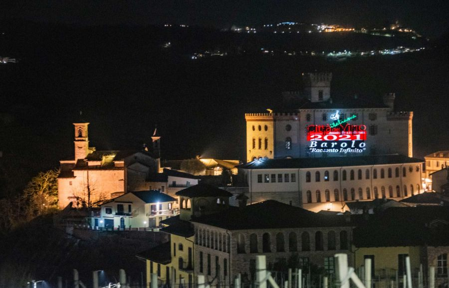 Castello di Barolo illuminato dalla Città Italiana del Vino 2021